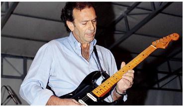Massimo Cellino alla chitarra