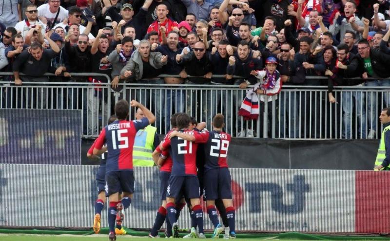 I giocatori del Cagliari esultano sotto la curva nord
