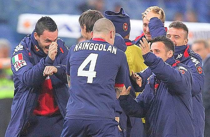 I giocatori del Cagliari esultano